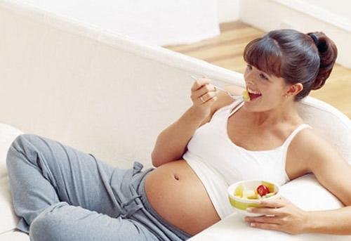 Ngược lại với ốm nghén thì dấu hiệu mang thai tuần đầu tiên dễ nhận biết nhất là bỗng nhiên bạn luôn có cảm giác thèm ăn