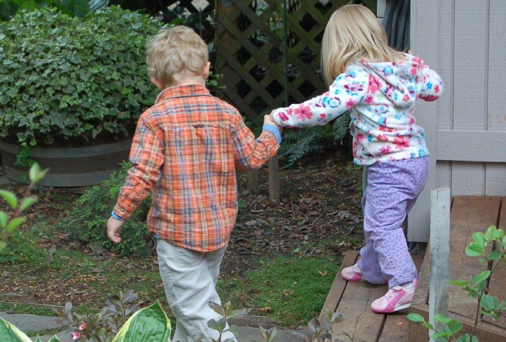Khi lên 10 tuổi, bố mẹ nên dạy trẻ cách cảm thông và quan tâm người khác