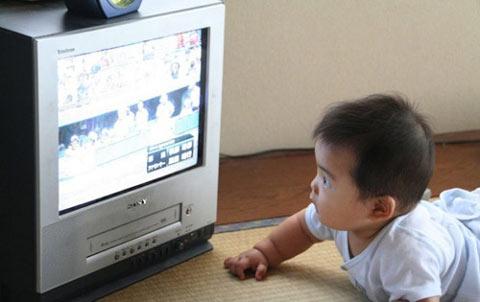 Không nên cho trẻ tiếp xúc tivi từ bé