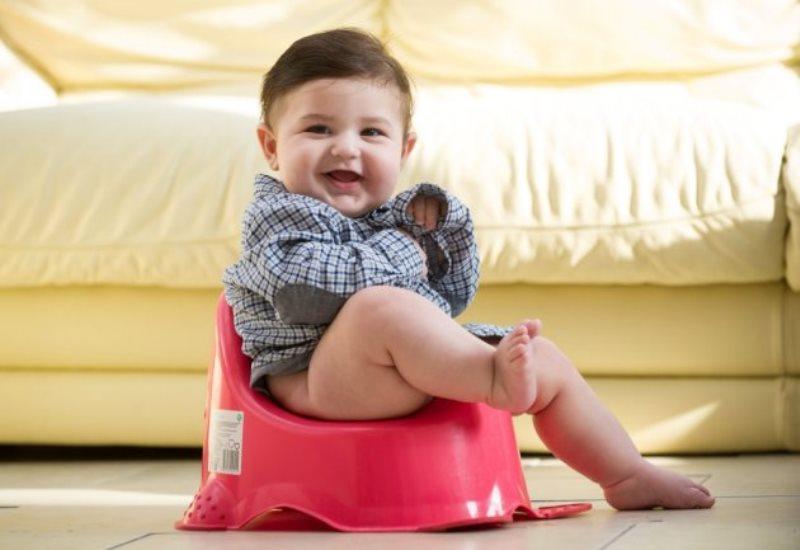 Mẹ có thể dạy trẻ đi vệ sinh khi đã sẵn sàng ngồi bô