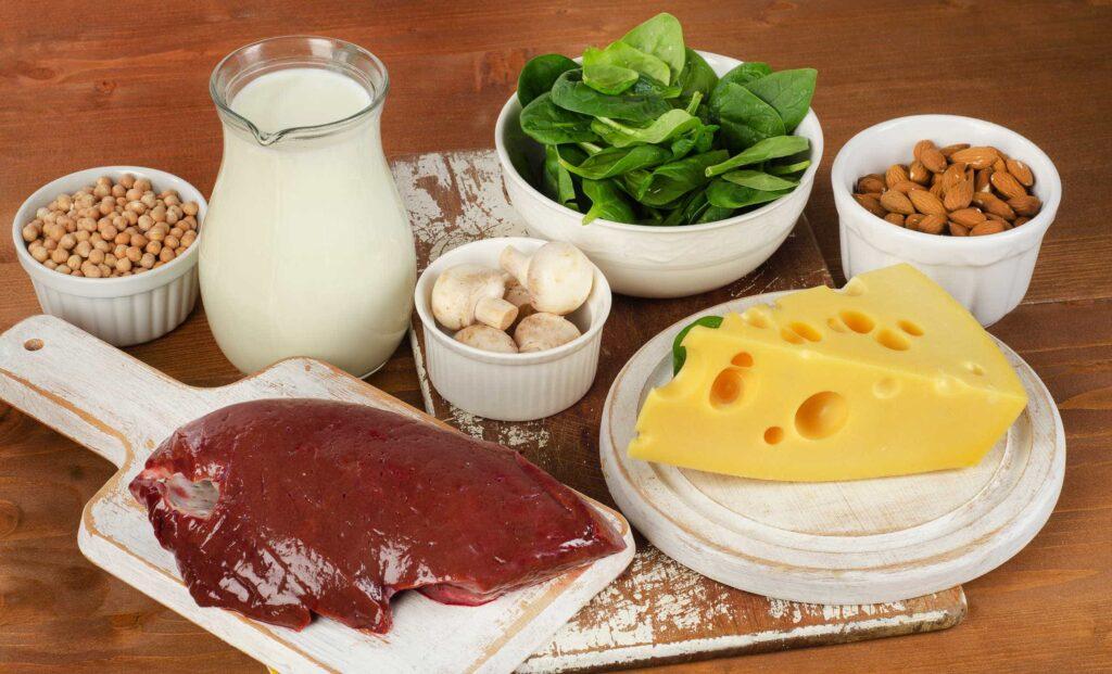 Bên cạnh việc dùng viên uống, mẹ bầu có thể bổ sung axit folic thông qua một số loại thực phẩm có mặt trong bữa ăn hàng ngày như thịt bò, gà, rau súp lơ, rau cải xanh, gan động vật…