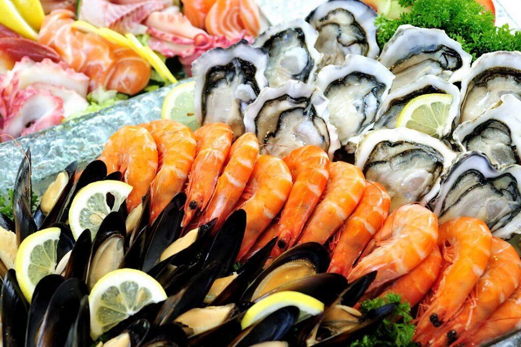 Mẹ nên chọn những loại tôm, cua, cá… nước ngọt để bổ sung vào thực đơn hàng ngày.