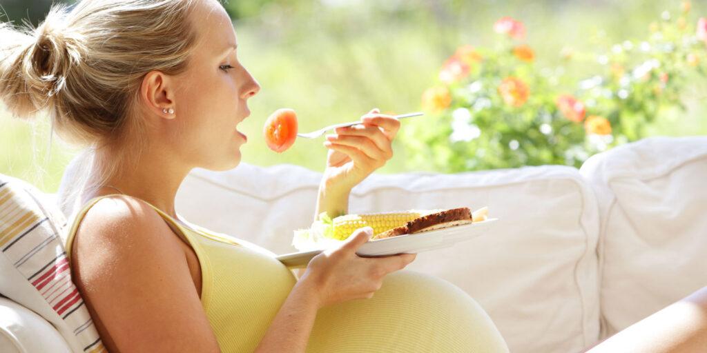 Nước lọc, nước ép trái cây mới là đồ uống thích hợp với phụ nữ mang thai.