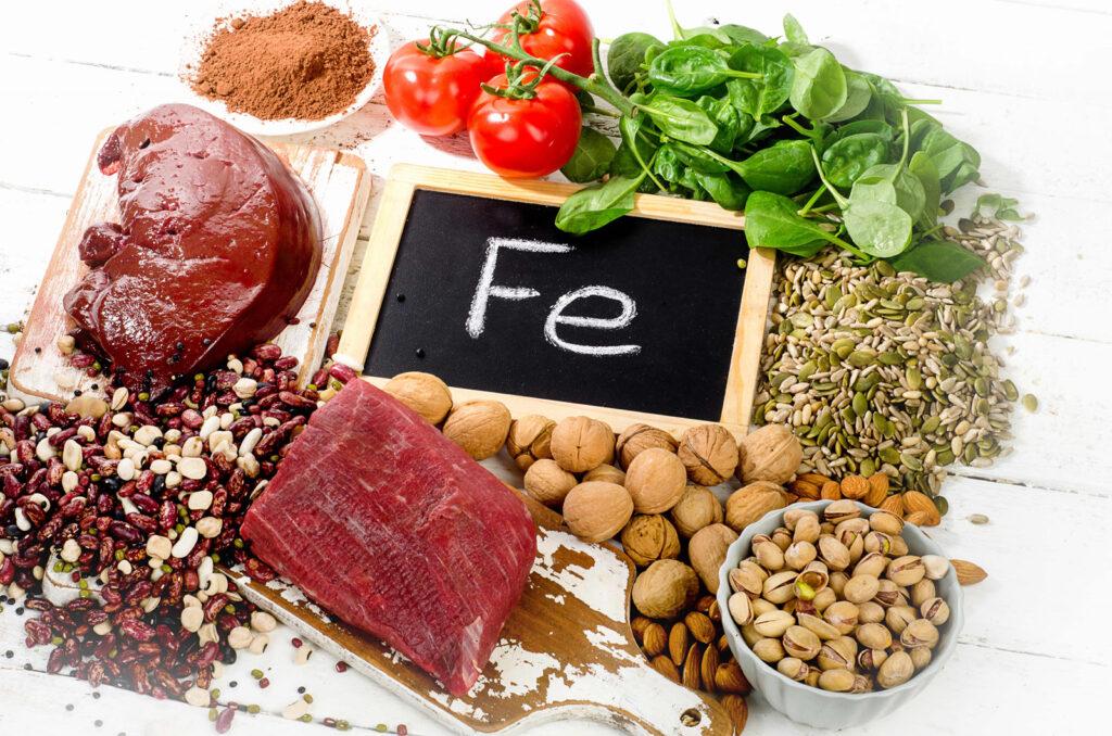 Các mẹ có thể bổ sung sắt bằng lòng đỏ trứng, sữa, gan động vật, thịt bò, hạt bí xanh bí đỏ, đậu phụ