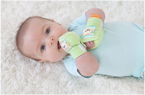 Không nên đeo bao tay quá thường xuyên cho trẻ sơ sinh