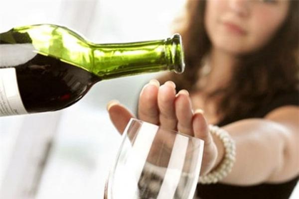 Rượu có thể vào sữa mẹ và ảnh hưởng tiêu cực đến con bạn