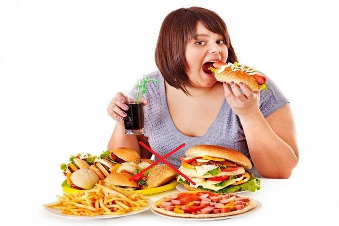 Mẹ không nên ăn thực phẩm nhiều dầu hoặc các loại thức ăn chứa một lượng lớn calo và có xu hướng gây ra triệu chứng đầy hơi