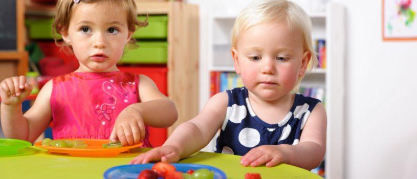 kết hợp với kể chuyện sẽ giúp trẻ ăn uống mê say hơn