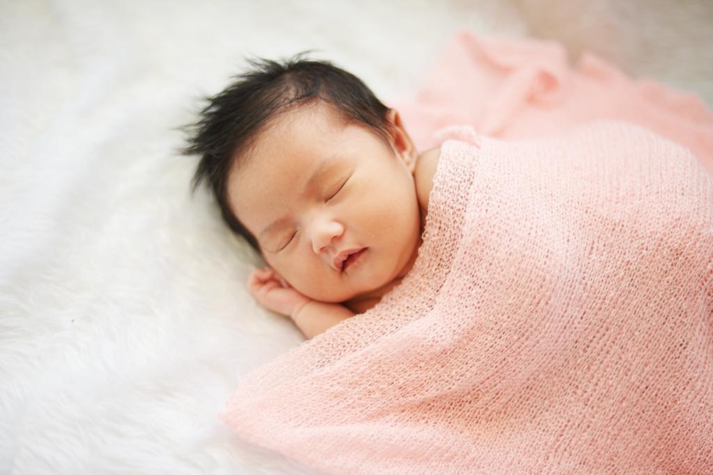 Trẻ 1 tháng tuổi cần ngủ 16-18 tiếng/ngày