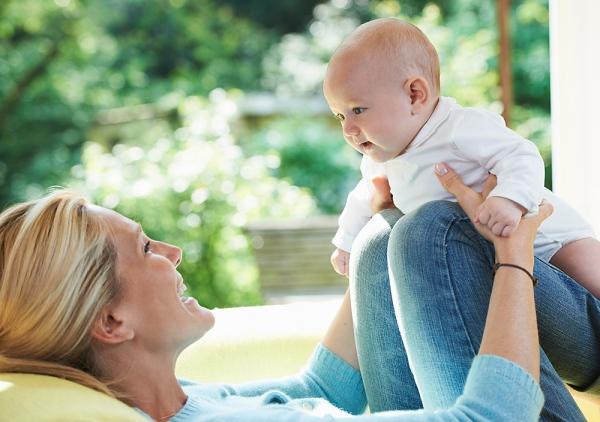 Bé đã bắt đầu biết chơi nên rất cần ba mẹ dành nhiều thời gian đùa vui cùng trẻ