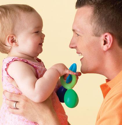 Đồ chơi nhiều màu sắc rất kích thích em bé ba tháng tuổi