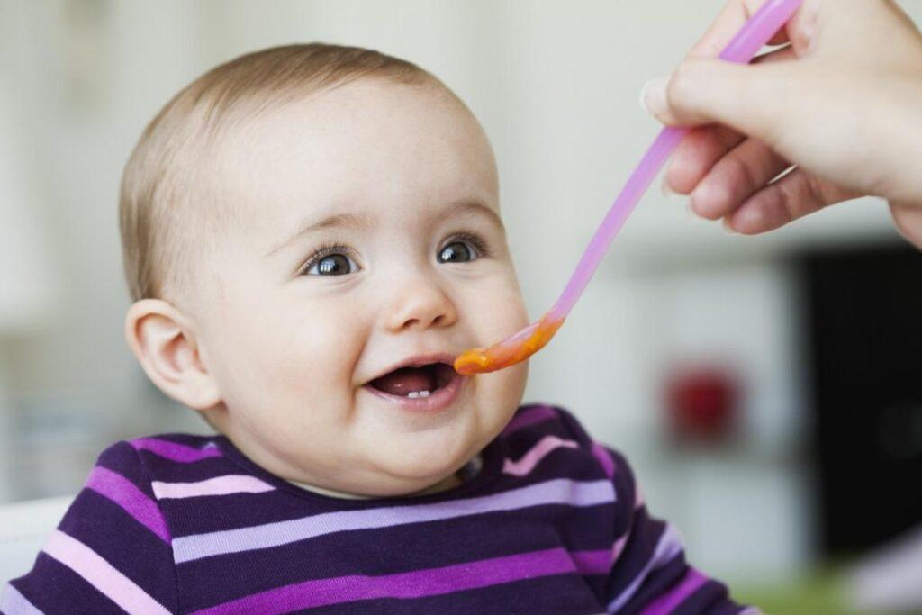 Thời kì bé ăn dặm có thể bắt đầu sớm từ 4 tháng tuổi