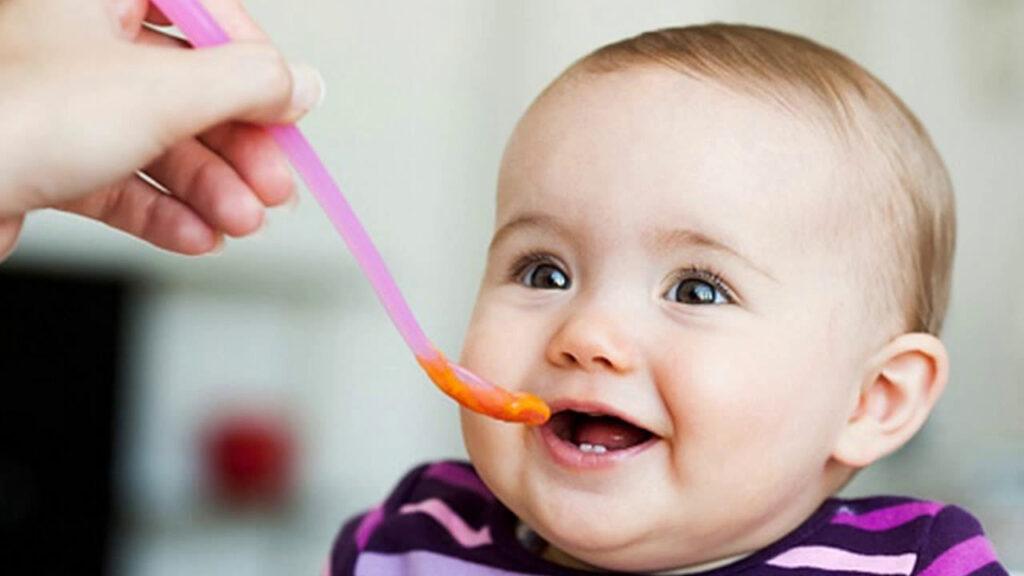 Bé 5 tháng có thể ăn dặm một số đồ ăn mềm, dễ tiêu hóa
