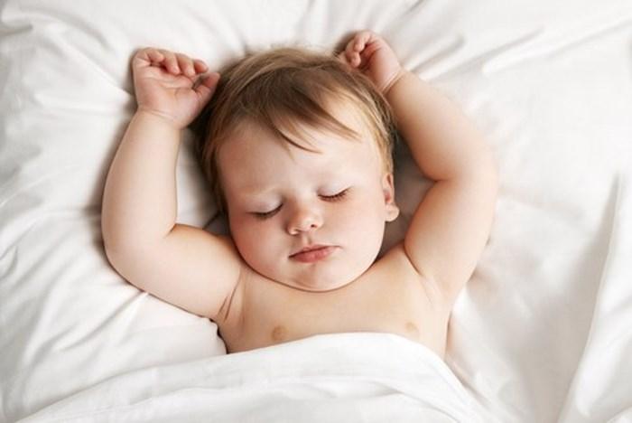 Không nên quấn khăn vào người trẻ 5 tháng tuổi khi ngủ