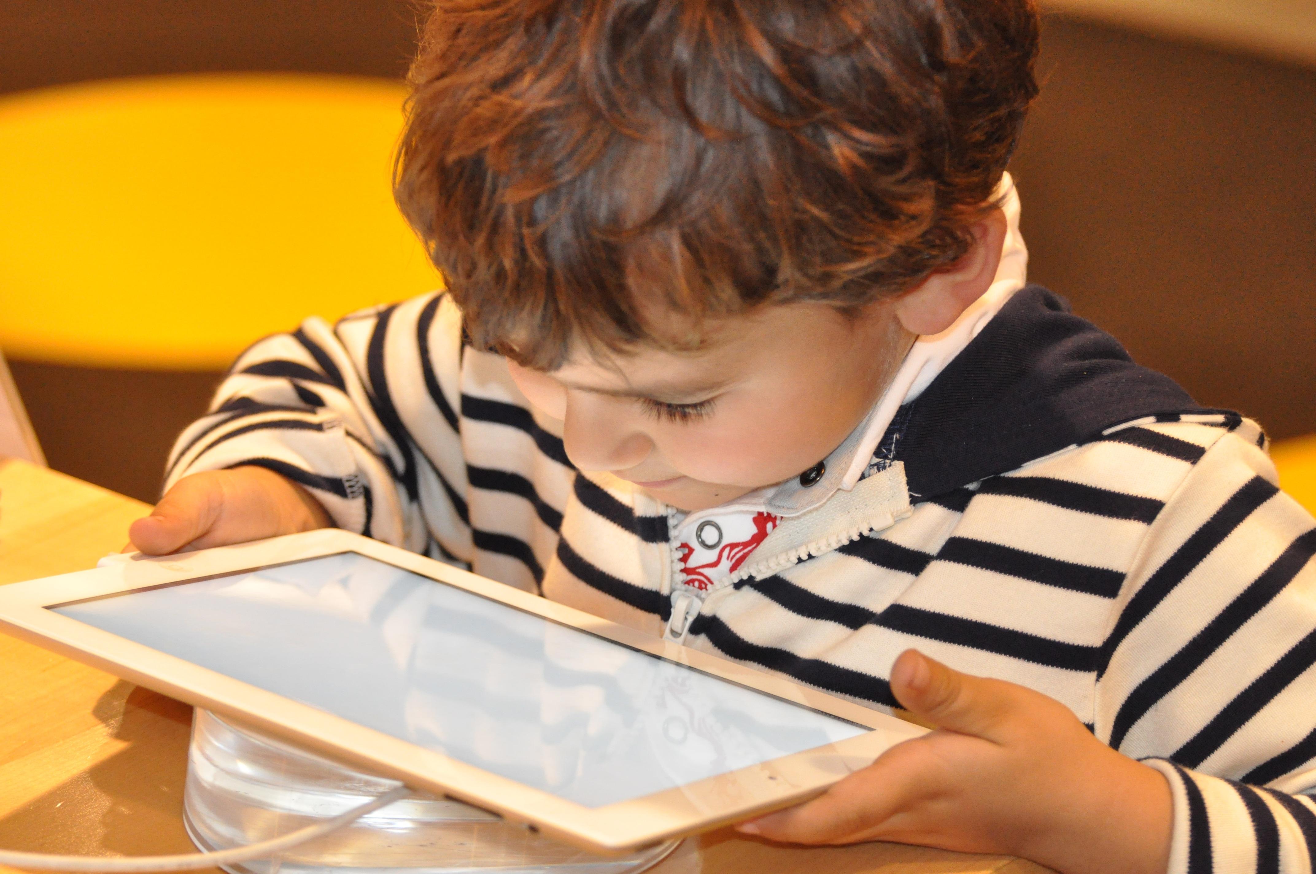 Cha mẹ không thể kiểm soát tất cả thông tin con cái tiếp nhận mỗi ngày