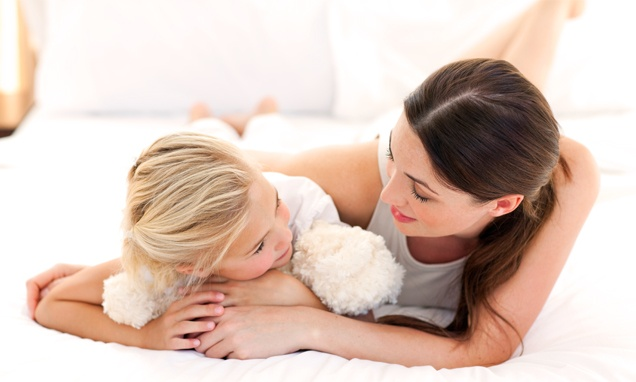 Giáo dục giới tính là điều thiết yếu trong cách dạy con gái 12 tuổi.