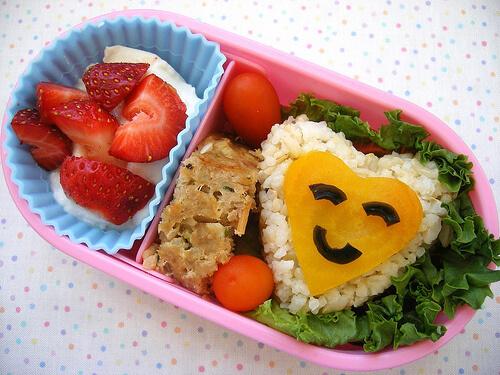 Các mẹ nên trang trí thêm trên các món ăn thành các nhân vật phim hoạt hình sẽ giúp con thích ăn hơn.