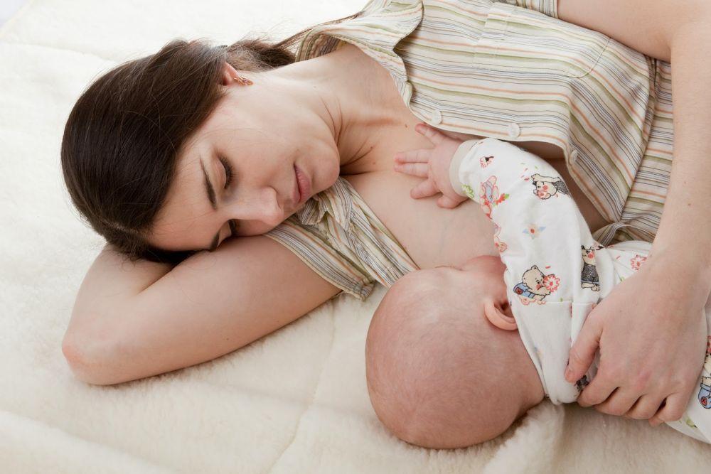 Bé 2 tháng tuổi cần được cho bú bất cứ khi nào trẻ đói
