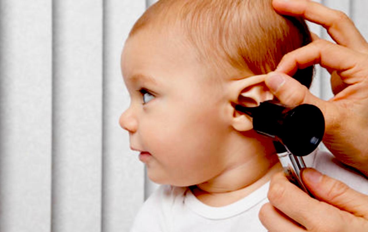 Phụ huynh nên đưa trẻ đi đến bác sĩ ngay nên nghi ngờ trẻ bị viêm tai giữa