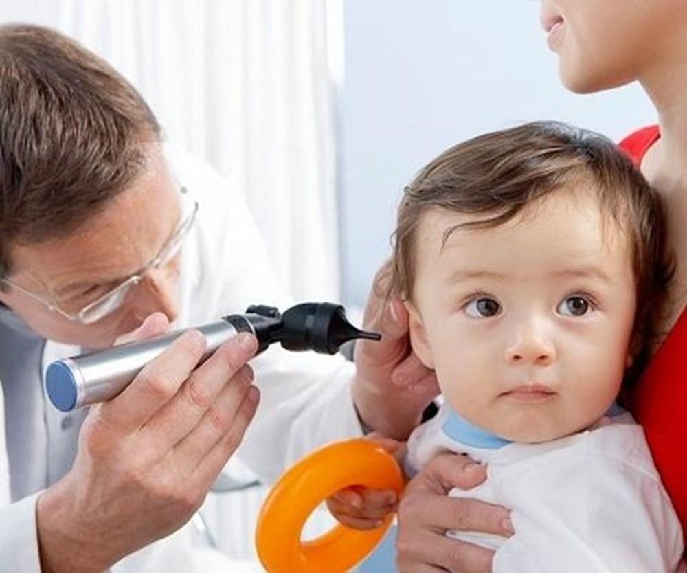 Khi phát hiện con bị chảy mủ tai, phụ huynh cần mang con đến gặp bác sĩ ngay để tránh bệnh viêm tai giữa trở nặng, bệnh viêm tai giữa ở trẻ