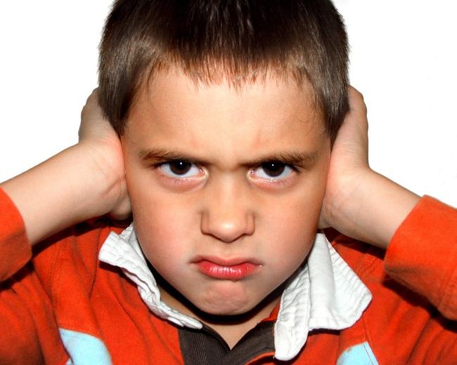 Trẻ tự kỷ thường hay bịt tai nên phụ huynh cần sớm dạy cho trẻ cách lắng nghe