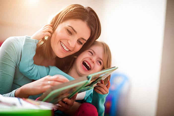 Phụ huynh có thể giúp trẻ ôn chữ cái khi đọc truyện cùng con