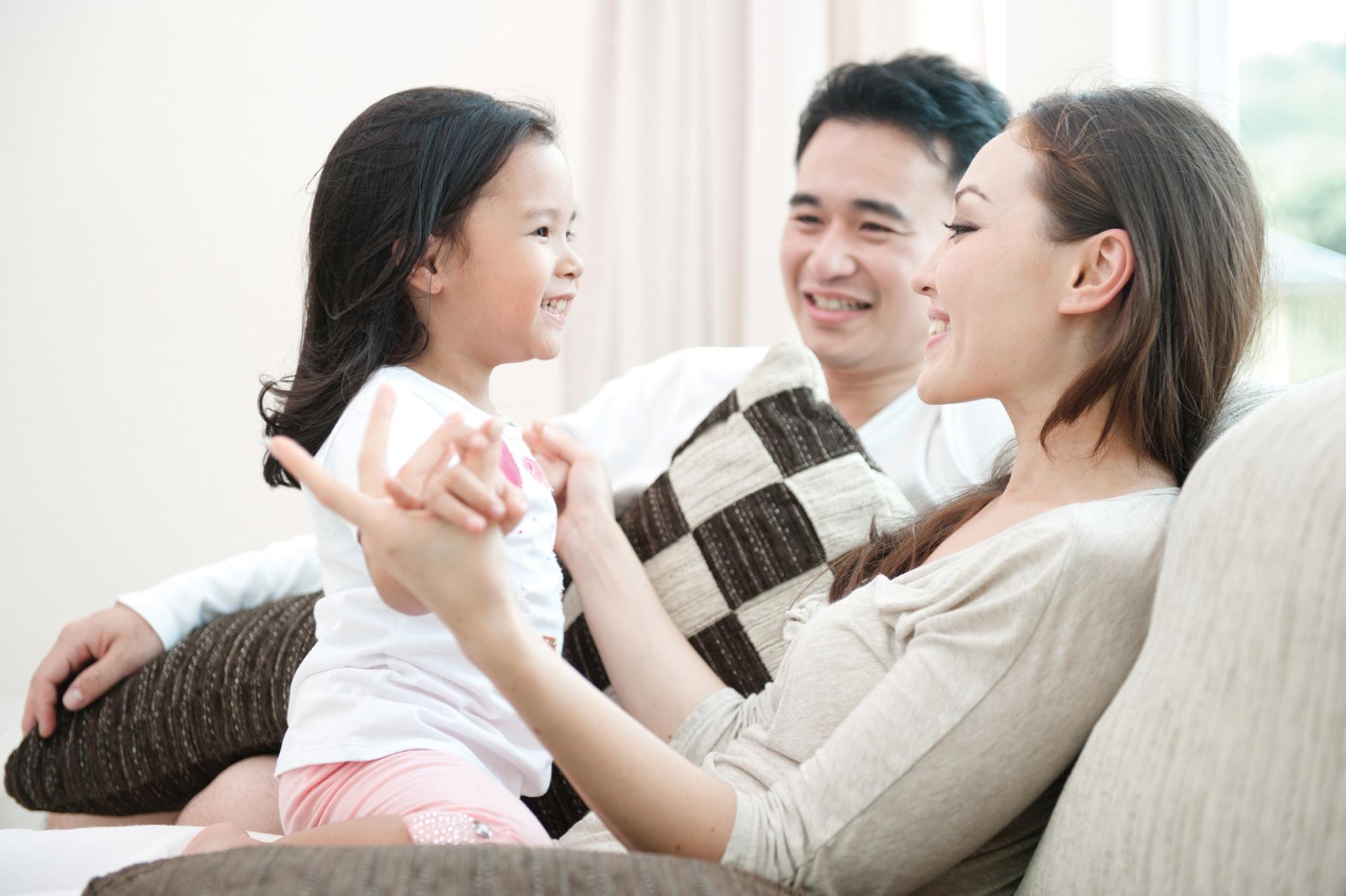 Phụ huynh nên thường xuyên trò chuyện với bé để bé mau biết nói