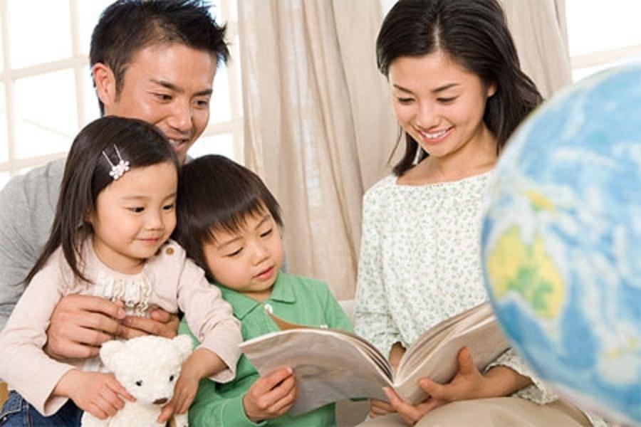 Cha mẹ nên dành thời gian để đọc truyện tranh cho bé, vừa phát triển trí tưởng tượng của trẻ vừa làm tình cảm gia đình thêm gắn kết