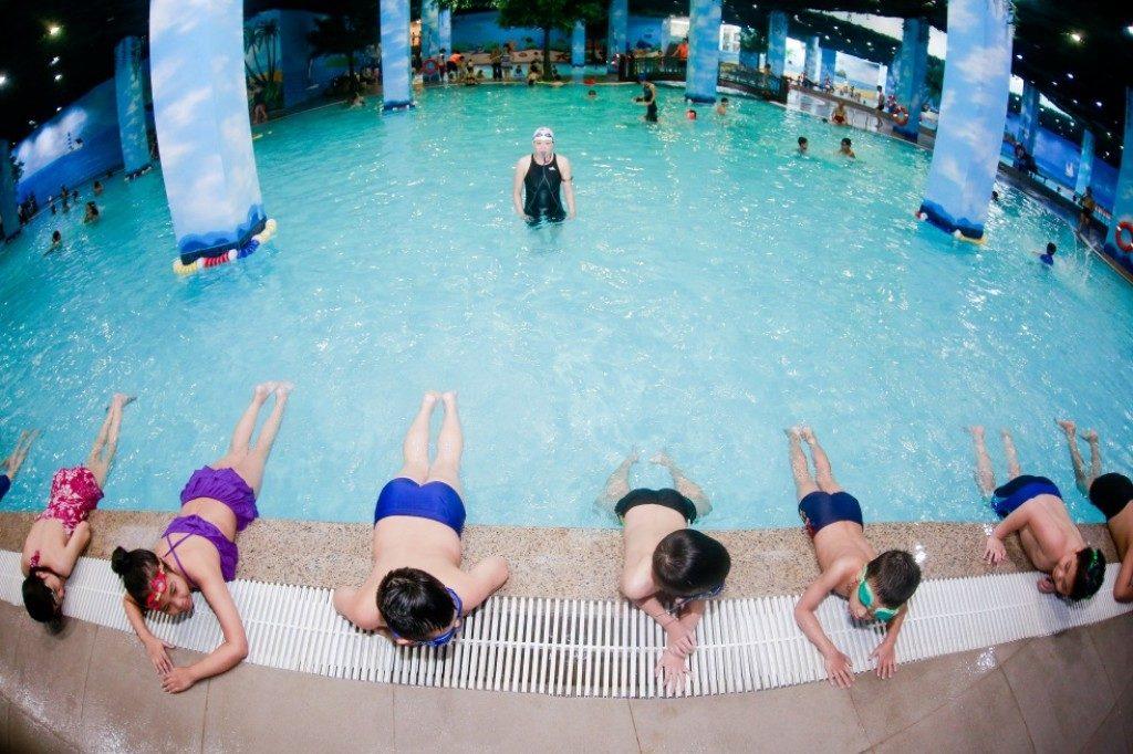 Bơi lội giúp trẻ phát triển chiều cao và giảm thiểu căng thẳng sau giờ học