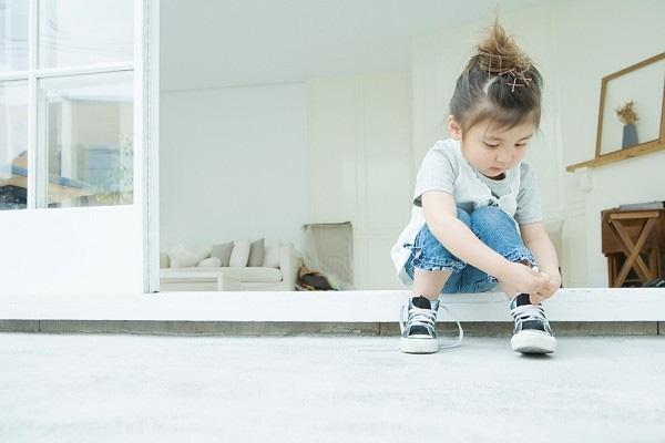 Bạn hãy hướng dẫn trẻ cách thắt dây giày và để trẻ có cơ hội tự thực hành