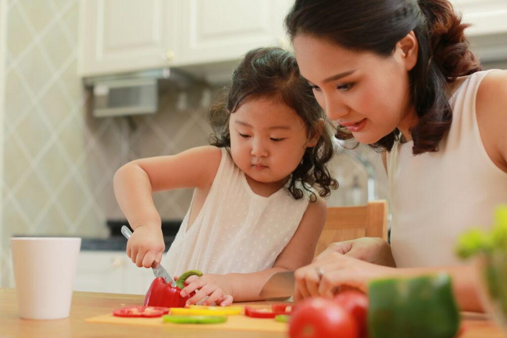 Mọi hành động của các thành viên trong gia đình đều khiến trẻ ghi nhớ và cố gắng bắt chước đến khi làm được
