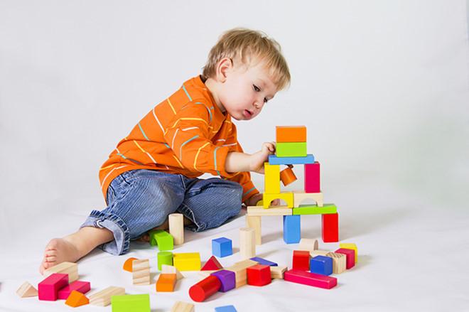 Đồ chơi trí tuệ cho bé 1 tuổi là công cụ không thể thiếu giúp bé phát triển trí não một cách tốt nhất
