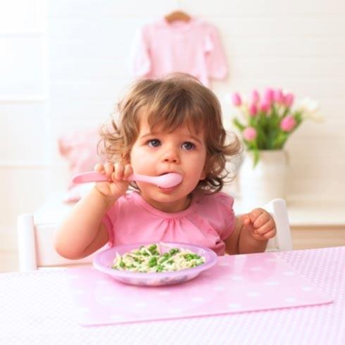 Trẻ 3 tuổi khi được dạy kỹ năng sống sẽ biết sử dụng thìa và tự xúc đồ ăn theo ý muốn dù còn vụng về