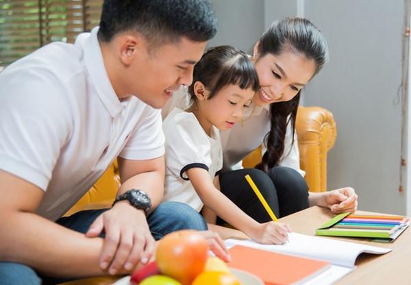Cha mẹ cần chuẩn bị đầy đủ sách vở, dụng cụ học tập và một không gian học tập nghiêm túc cho trẻ