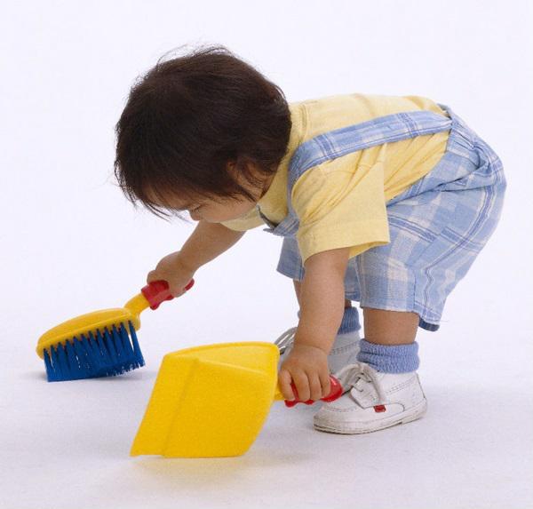 Hãy để trẻ được giúp bạn những công việc nhà đơn giản tuy nhiên không đặt quá nhiều kỳ vọng rằng bé sẽ làm tốt và đúng cách