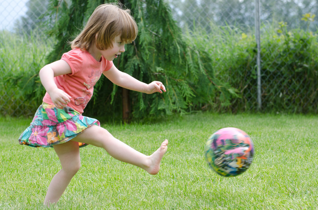 Trẻ 2 tuổi chơi với bóng giúp phát triển cơ xương, óc phán đoán hướng bóng và khả năng quan sát mục tiêu