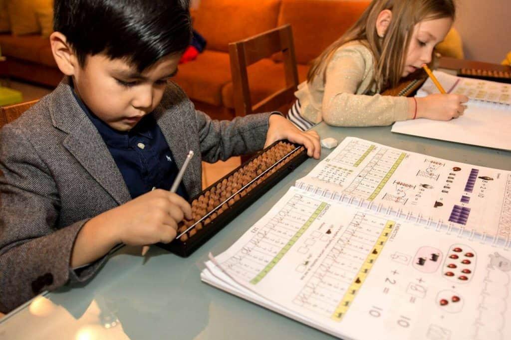 Trẻ 5 tuổi có thể bắt đầu học tính nhẩm toán bằng phương pháp Soroban