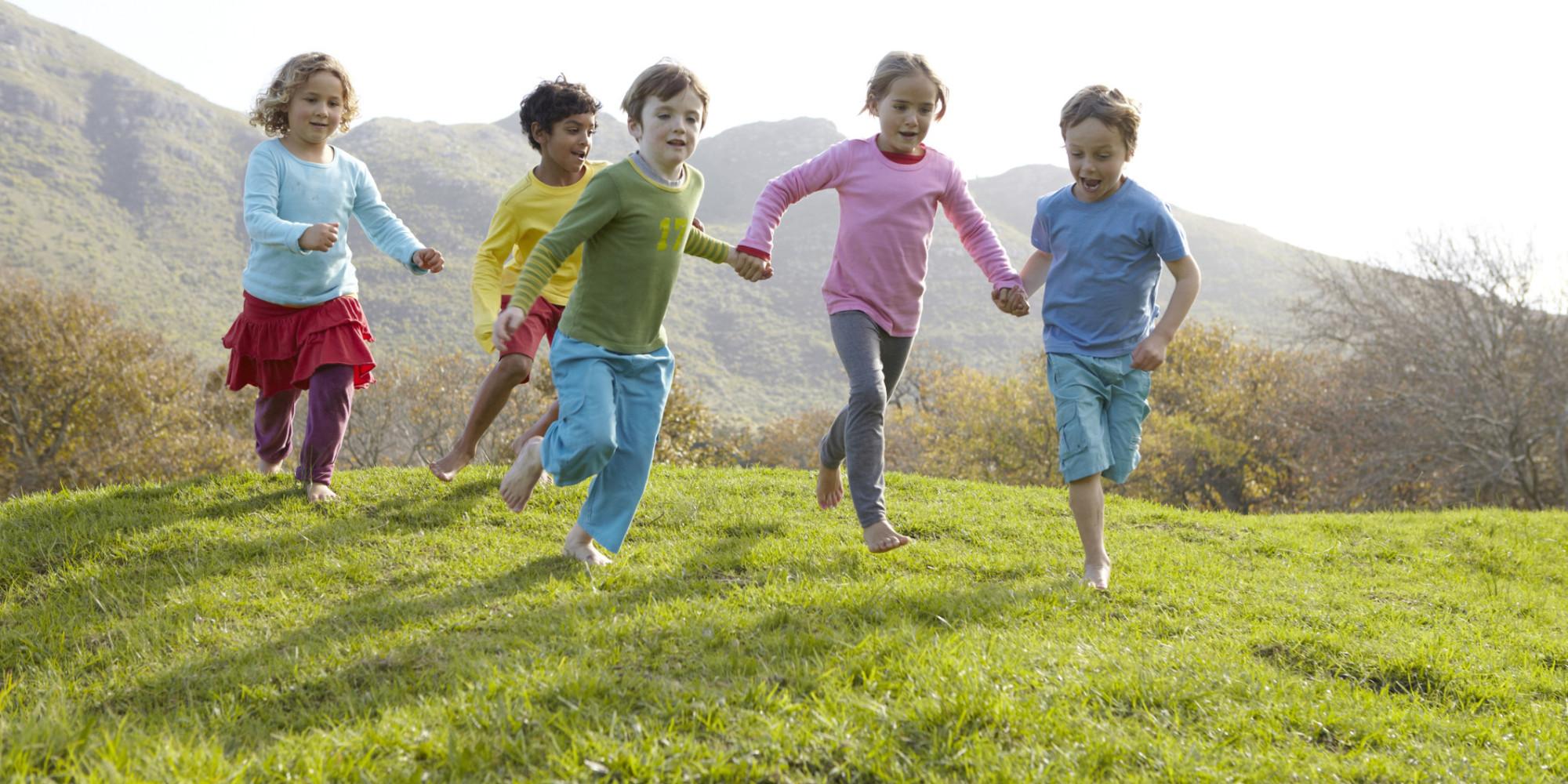 Trẻ vui chơi ngoài trời dễ dàng học hỏi điều hay thay vì ngồi xem ti-vi thụ động
