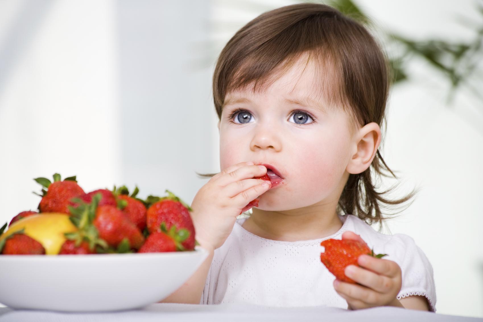 Bé 8 tháng tuổi có thể tự ăn tráng miệng bằng trái cây