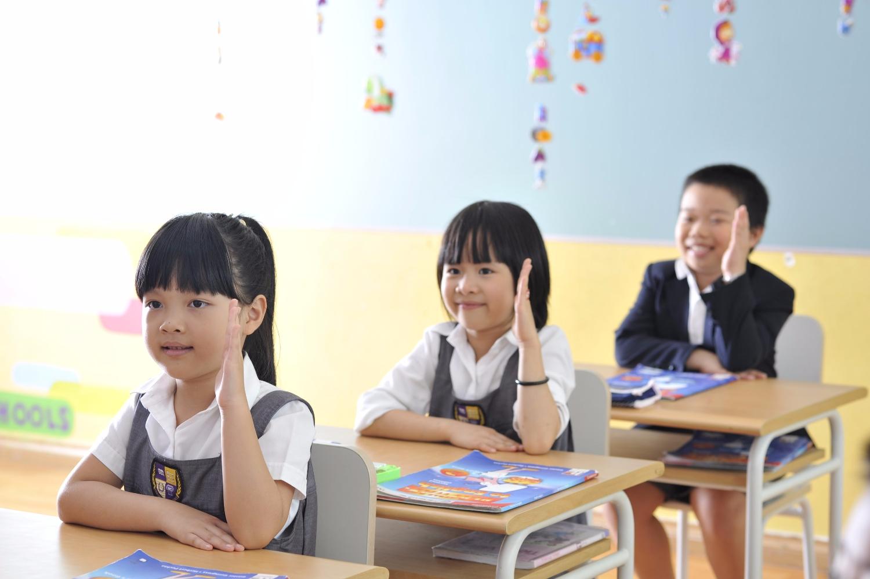 Dạy trẻ tác phong lễ phép với giáo viên khi đi học lớp 1