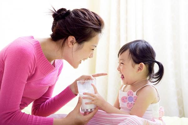 Cách dạy trẻ 2 tuổi bướng bỉnh cần cả la mắng và thuyết phục