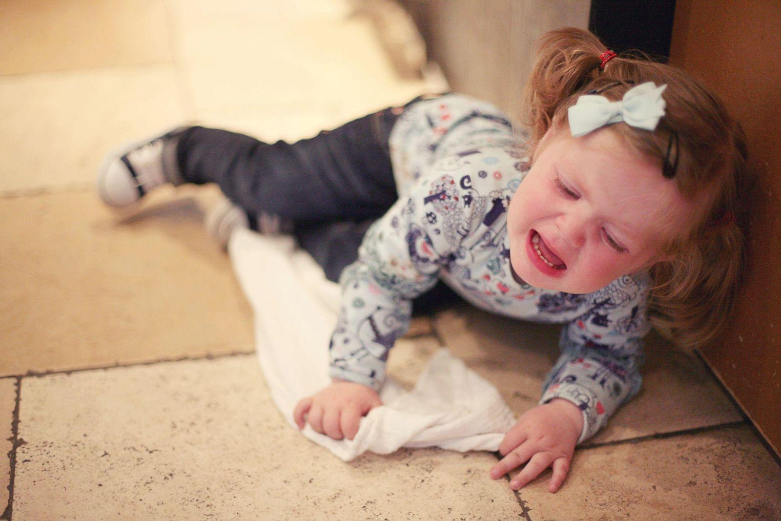 Trẻ 2 tuổi hay khóc lóc ăn vạ vì muốn cha mẹ chú ý đặc biệt