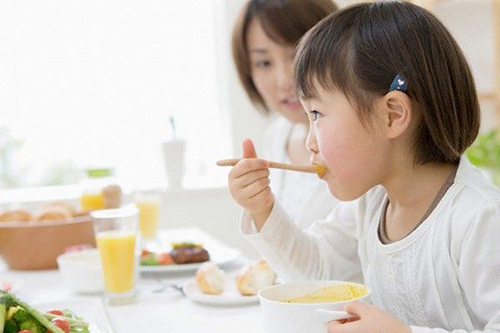 Trẻ 2 tuổi thích tự lập làm các việc phục vụ bản thân