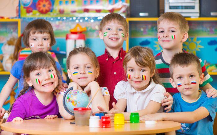 Trẻ 7 tuổi thường biết cách vui chơi hoà đồng với bạn bè