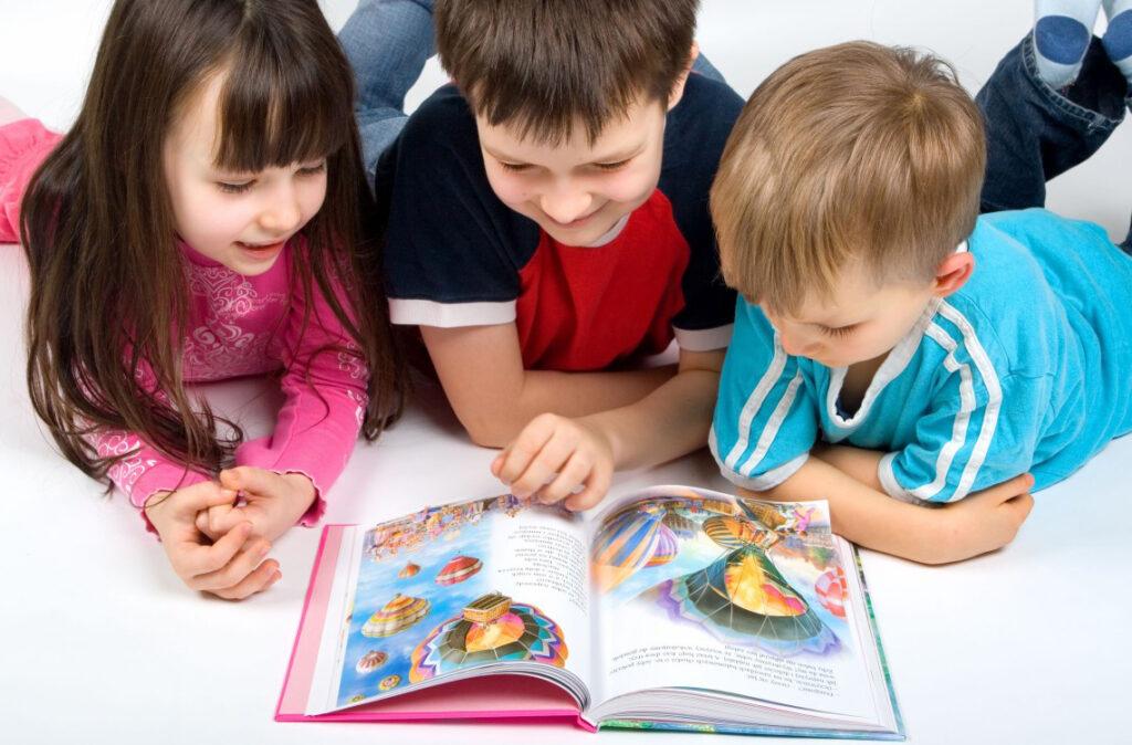 Bạn nên chọn những cuốn sách song ngữ anh - việt với nội dung nhiều hình ảnh cho bé ở độ tuổi này
