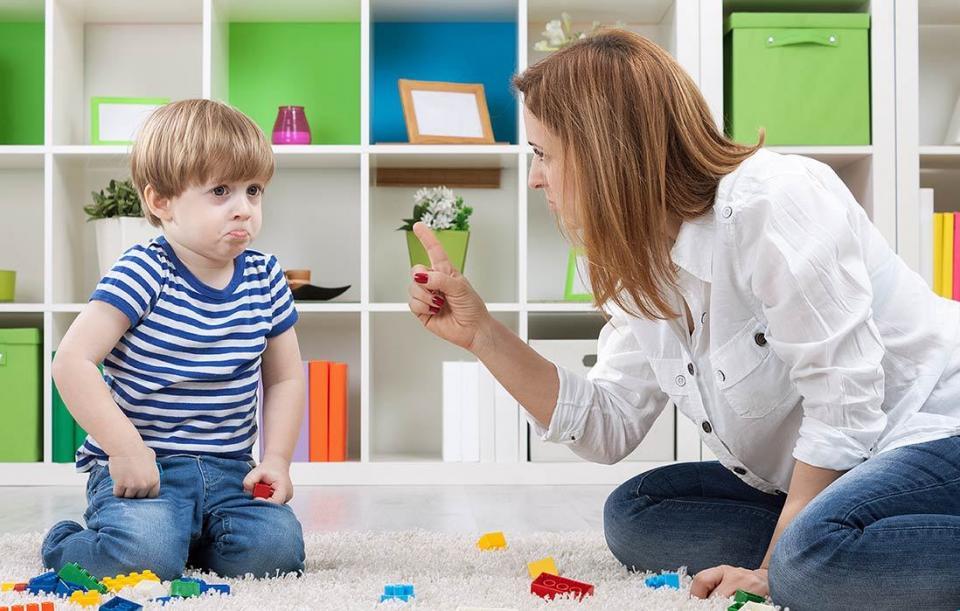 Ánh mắt nghiêm nghị và thái độ rõ ràng giúp bạn dạy con biết nghe lời mà không cần roi vọt nặng nề