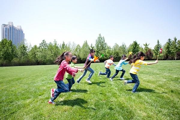 Dạy tiếng Anh cho bé bằng những trò chơi ngoài trời giúp bé hào hứng học