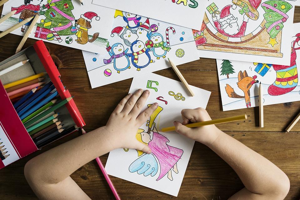Dạy trẻ cách cầm bút vẽ chuẩn sẽ có lợi cho việc viết chữ sau này
