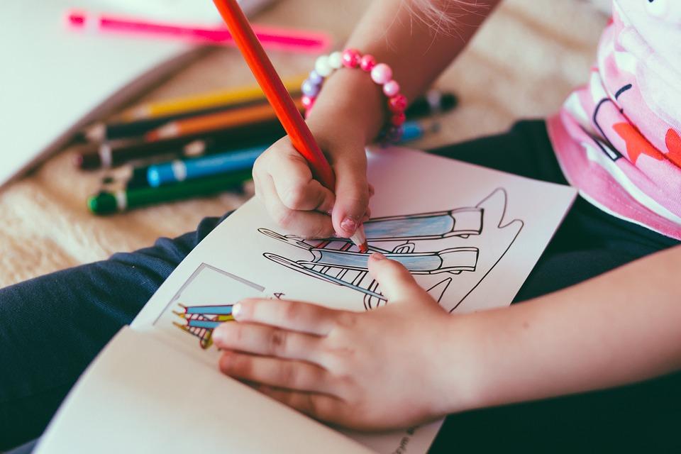 Trẻ tập tô màu để kích thích sáng tạo và luyện sự khéo léo