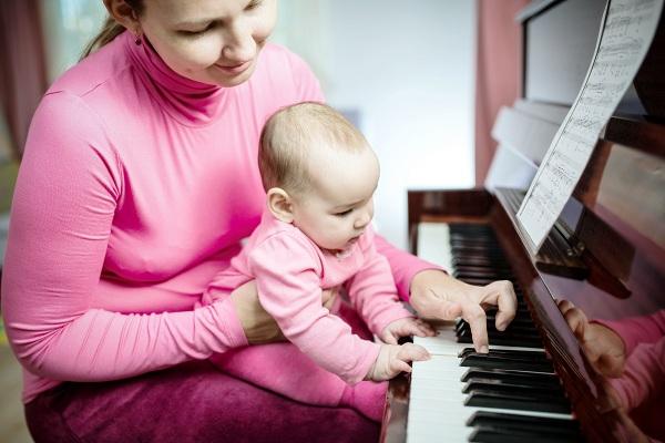 Trẻ sơ sinh nghe nhạc đúng cách giúp phát triển não bộ và hoàn thiện khả năng ngôn ngữ